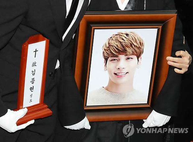 10 tháng kể từ vụ Jonghyun tự tử, gia đình anh đã có hành động gây xôn xao và được cả tạp chí danh tiếng tôn vinh - Ảnh 2.