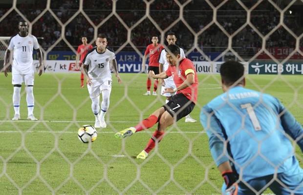 Son Heung-min sút hỏng phạt đền trong trận ra mắt tân HLV đội Hàn Quốc - Ảnh 2.