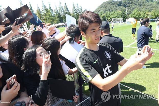 Nghìn fan nữ đổ xô tới xem Son Heung-min tập luyện, phá vỡ kỷ lục mọi thời đại của đội tuyển Hàn Quốc - Ảnh 4.