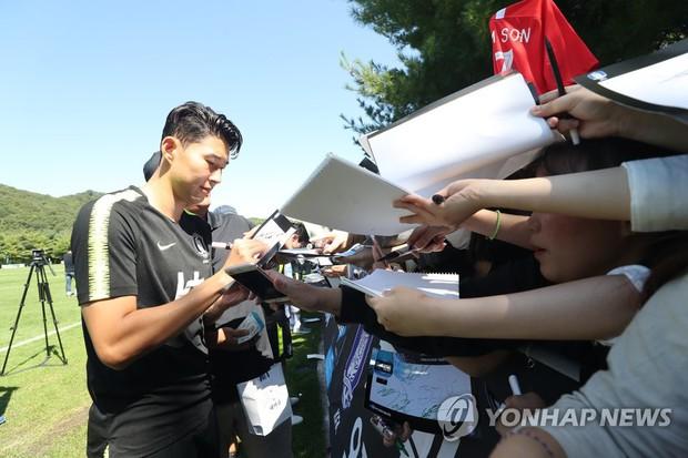 Nghìn fan nữ đổ xô tới xem Son Heung-min tập luyện, phá vỡ kỷ lục mọi thời đại của đội tuyển Hàn Quốc - Ảnh 2.