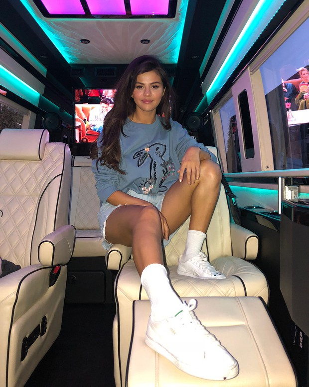 Biến hình chóng mặt như Selena: chuyển từ style học sinh sang gái hư sexy rực người chỉ trong một nốt nhạc - Ảnh 2.