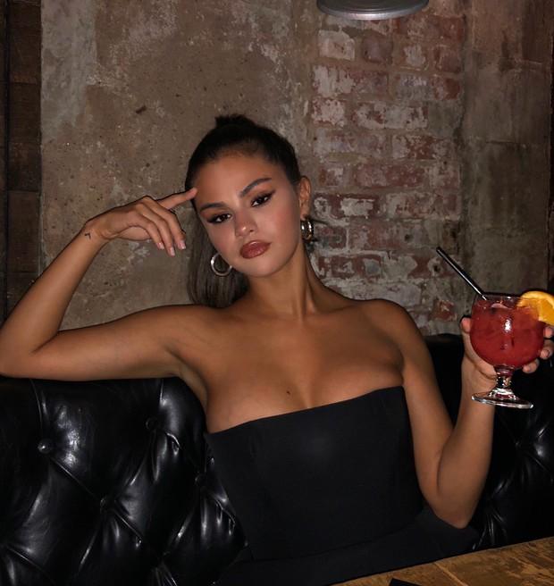 Biến hình chóng mặt như Selena: chuyển từ style học sinh sang gái hư sexy rực người chỉ trong một nốt nhạc - Ảnh 3.