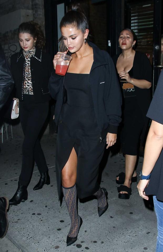 Biến hình chóng mặt như Selena: chuyển từ style học sinh sang gái hư sexy rực người chỉ trong một nốt nhạc - Ảnh 4.