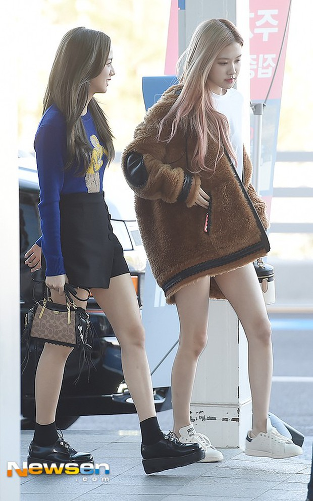 Màn đọ sắc khủng nhất tại sân bay: Black Pink đẹp miễn chê, Hani khoe body thần thánh bên EXID, Lee Jong Suk - Ảnh 1.