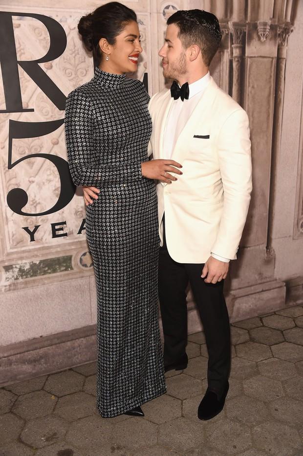 Bị hỏi về vụ chửi nhau của vợ, Kanye West sôi máu đuổi thẳng cổ phóng viên ngay giữa fashion show - Ảnh 7.