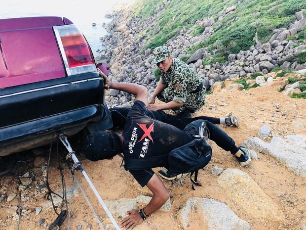 Khả Ngân bị bong gân vì cảnh lao xe xuống vực kinh điển ở Hậu Duệ Mặt Trời bản Việt - Ảnh 5.