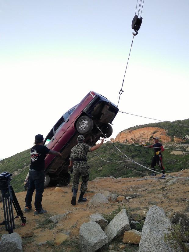 Khả Ngân bị bong gân vì cảnh lao xe xuống vực kinh điển ở Hậu Duệ Mặt Trời bản Việt - Ảnh 3.