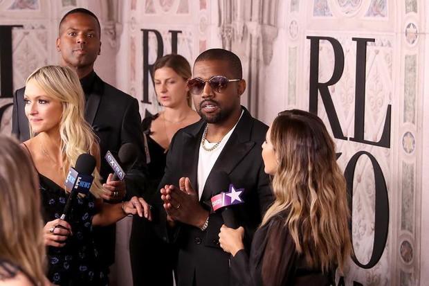 Bị hỏi về vụ chửi nhau của vợ, Kanye West sôi máu đuổi thẳng cổ phóng viên ngay giữa fashion show - Ảnh 3.