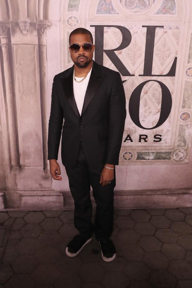Bị hỏi về vụ chửi nhau của vợ, Kanye West sôi máu đuổi thẳng cổ phóng viên ngay giữa fashion show - Ảnh 1.