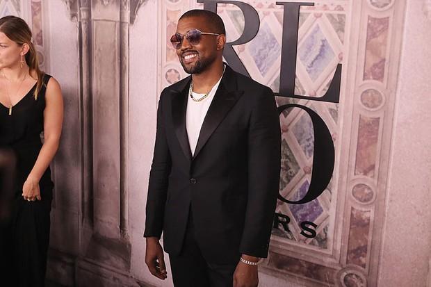 Bị hỏi về vụ chửi nhau của vợ, Kanye West sôi máu đuổi thẳng cổ phóng viên ngay giữa fashion show - Ảnh 2.