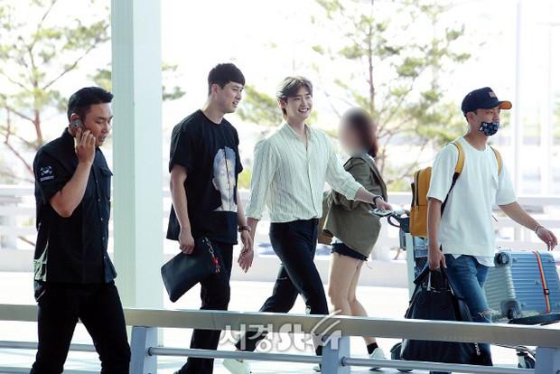 Màn đọ sắc khủng nhất tại sân bay: Black Pink đẹp miễn chê, Hani khoe body thần thánh bên EXID, Lee Jong Suk - Ảnh 27.