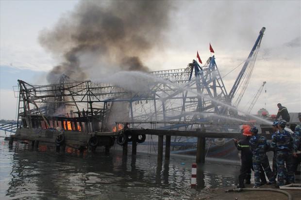 Cháy tàu cá, 11 ngư dân nhảy xuống biển để thoát nạn - Ảnh 1.