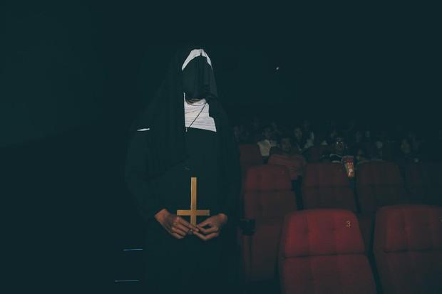 Đến gần Ác Quỷ Ma Sơ thêm chút nữa tại rạp chiếu 3 màn hình ScreenX - Ảnh 5.