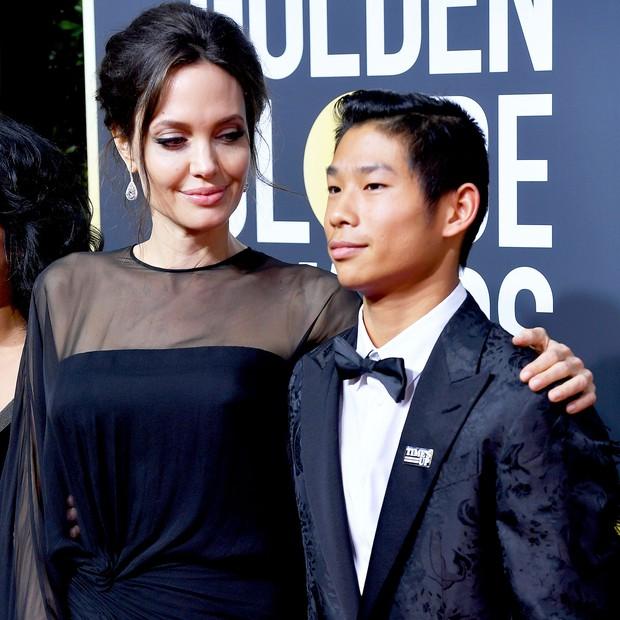 Trong 6 người con, Angelina Jolie chỉ đưa mỗi Pax Thiên đến thảm đỏ Quả Cầu Vàng 2018 - Ảnh 2.