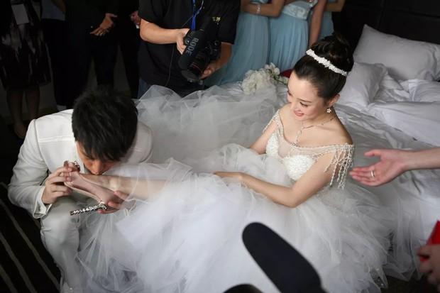 Ảnh cưới của Lý Tiểu Lộ - Giả Nãi Lượng khiến dân tình xót xa: Chú rể nâng niu, hôn chân cô dâu trong xúc động! - Ảnh 3.
