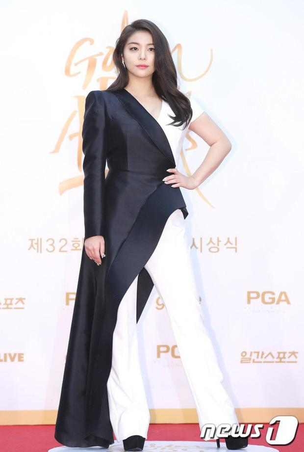 Thảm đỏ Golden Disc Awards: Bạn gái cũ Hyunbin trễ nải khoe ngực đầy bên Taeyeon diêm dúa, EXO và BTS đọ vẻ điển trai - Ảnh 34.