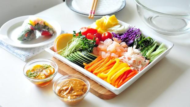 Xem loạt sao Hàn thưởng thức gỏi cuốn Hàn Quốc để xem món ăn này có gì khác biệt với gỏi cuốn Việt Nam nào - Ảnh 3.
