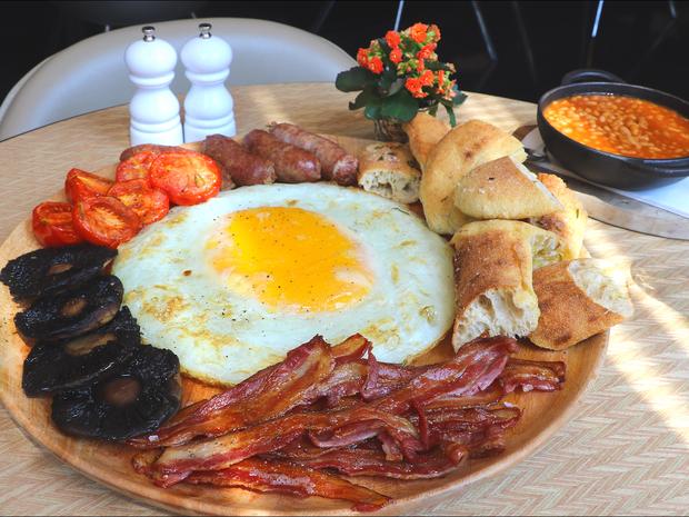 Bữa sáng khổng lồ với trứng đà điểu tại London, chỉ nhìn thôi đã muốn chảy nước miếng - Ảnh 1.