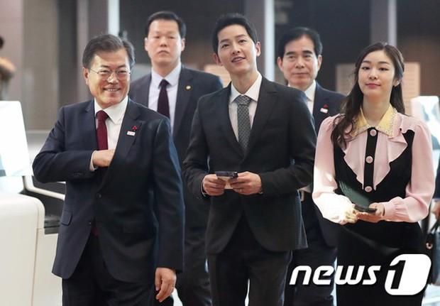 Sau vợ Song Hye Kyo, đến lượt Song Joong Ki lịch lãm, điển trai dự sự kiện tầm cỡ cùng Tổng thống Hàn - Ảnh 2.
