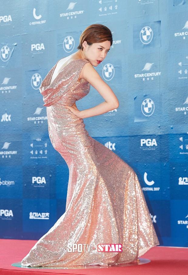 Không chỉ có scandal, các sao Hàn còn có 11 cột mốc thời trang đáng nhớ trong suốt năm qua - Ảnh 2.