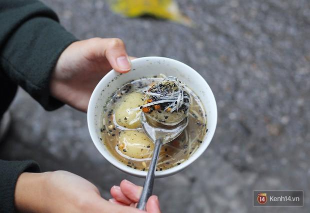 Ở Hà Nội có 1 hàng bánh trôi tàu nhân thịt nấm 20 năm: bán 3 tiếng mà hết bay 7 thùng chè bánh - Ảnh 5.