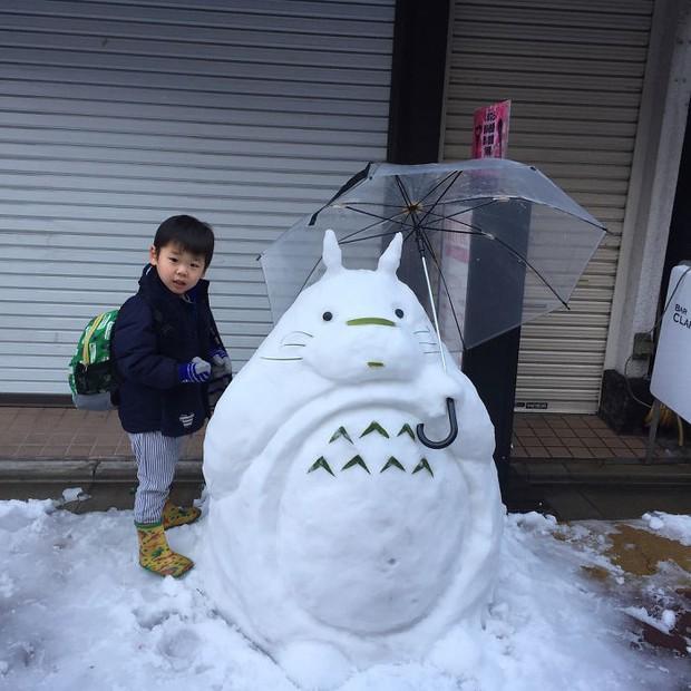 Tuyết rơi dày kỷ lục ở Nhật Bản, người dân đã vô tình tạc nên những bức tượng đẹp tới không ngờ - Ảnh 1.