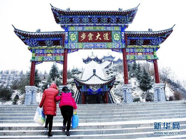 Cảnh tượng lạnh đầy khắc nghiệt tại Trung Quốc: Chị em phụ nữ quấn chăn, bịt kín lái xe máy đi làm - Ảnh 11.