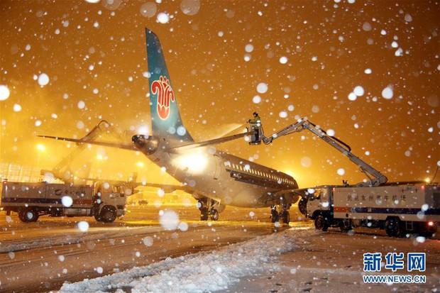 Mưa tuyết, giá lạnh tràn xuống Trung Quốc: Sinh viên cầm ô, xếp hàng lên lớp - Ảnh 8.