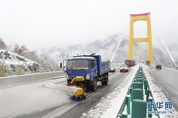 Mưa tuyết, giá lạnh tràn xuống Trung Quốc: Sinh viên cầm ô, xếp hàng lên lớp - Ảnh 12.