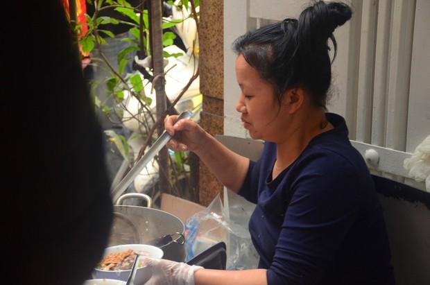 Chủ quán bún ngan Nhàn đã niềm nở hơn với thực khách sau vụ bị tố chửi cụ bà vì ăn tô bún 30.000 đồng - Ảnh 7.