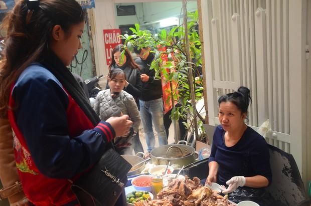 Chủ quán bún ngan Nhàn đã niềm nở hơn với thực khách sau vụ bị tố chửi cụ bà vì ăn tô bún 30.000 đồng - Ảnh 8.