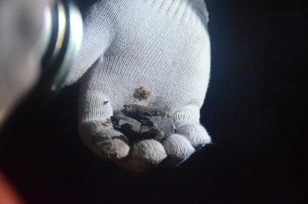 Hàng trăm chiến sỹ bộ đội công binh cầm đèn pin lật đống đổ nát thu gom đầu đạn rơi rớt sau vụ nổ kinh hoàng - Ảnh 4.