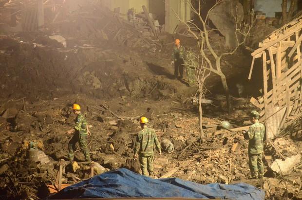 Hàng trăm chiến sỹ bộ đội công binh cầm đèn pin lật đống đổ nát thu gom đầu đạn rơi rớt sau vụ nổ kinh hoàng - Ảnh 1.