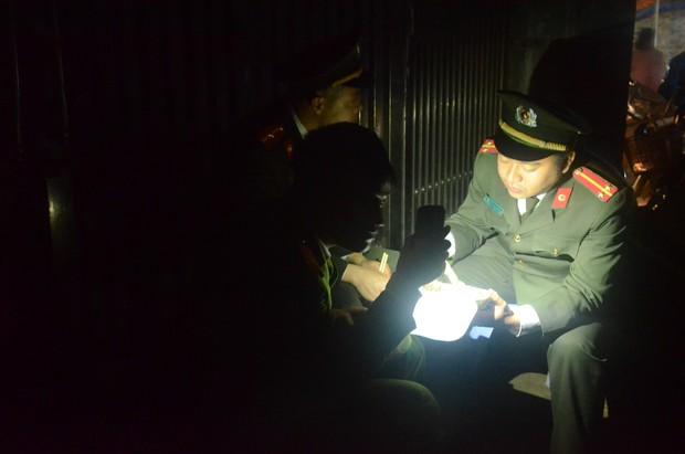 Hàng trăm chiến sỹ bộ đội công binh cầm đèn pin lật đống đổ nát thu gom đầu đạn rơi rớt sau vụ nổ kinh hoàng - Ảnh 7.