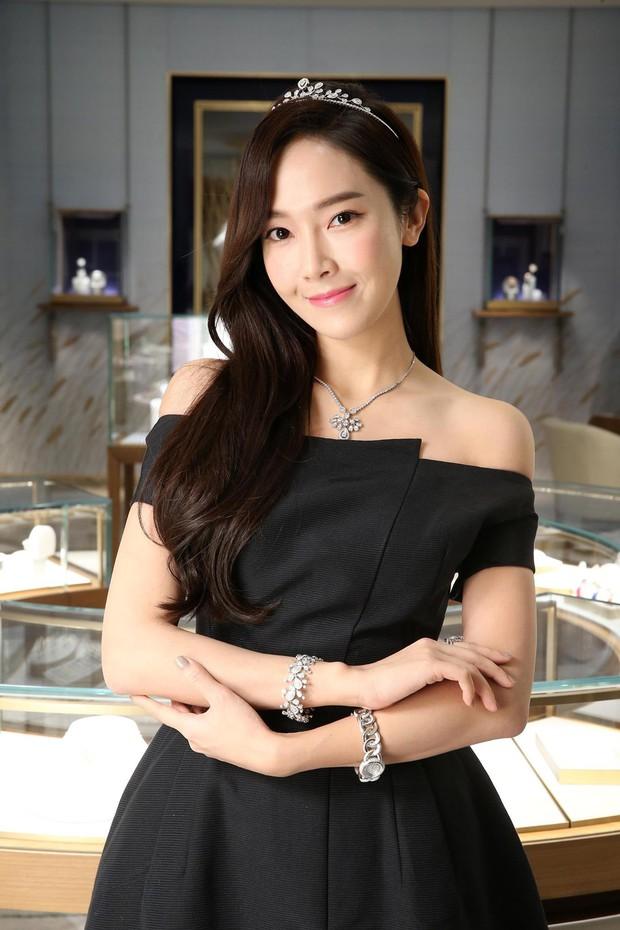 Cứ tưởng bị hắt hủi, nhưng thương hiệu thời trang của Jessica Jung vẫn được loạt sao Hàn thi nhau diện - Ảnh 1.