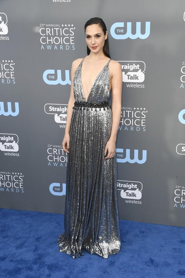 Cuộc chiến nhan sắc không cân sức giữa Angelina Jolie, Wonder Woman và dàn mỹ nhân trên thảm xanh - Ảnh 8.