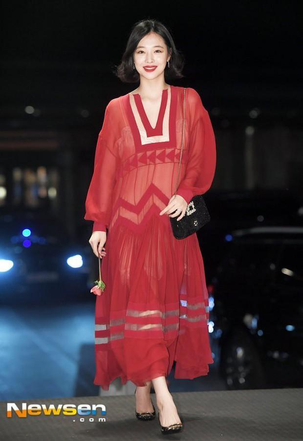 Không chỉ có scandal, các sao Hàn còn có 11 cột mốc thời trang đáng nhớ trong suốt năm qua - Ảnh 11.