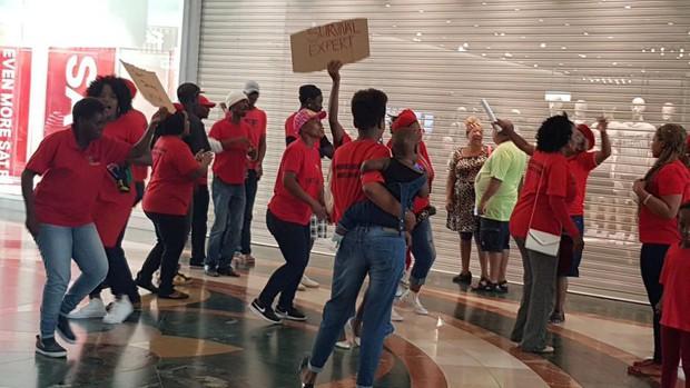 Vì chiếc áo phân biệt chủng tộc mà loạt store của H&M tại Nam Phi bị phá thảm hại, ngàn người biểu tình - Ảnh 2.
