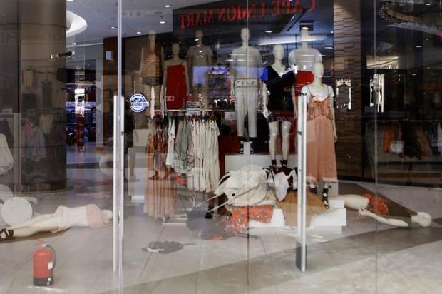 Vì chiếc áo phân biệt chủng tộc mà loạt store của H&M tại Nam Phi bị phá thảm hại, ngàn người biểu tình - Ảnh 4.