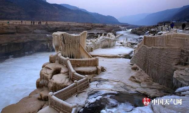 Cảnh tượng lạnh đầy khắc nghiệt tại Trung Quốc: Chị em phụ nữ quấn chăn, bịt kín lái xe máy đi làm - Ảnh 24.