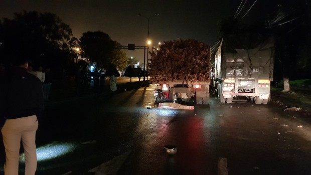 Đà Nẵng: Xe máy đâm vào xe tải đỗ bên đường, 1 người chết, 1 người nguy kịch - Ảnh 1.
