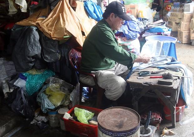 Chú Tí hơn 40 năm hành nghề lạ ở chợ Đông Ba: Vá áo mưa tàu ngầm cho người nghèo với giá 5 nghìn đồng - Ảnh 9.