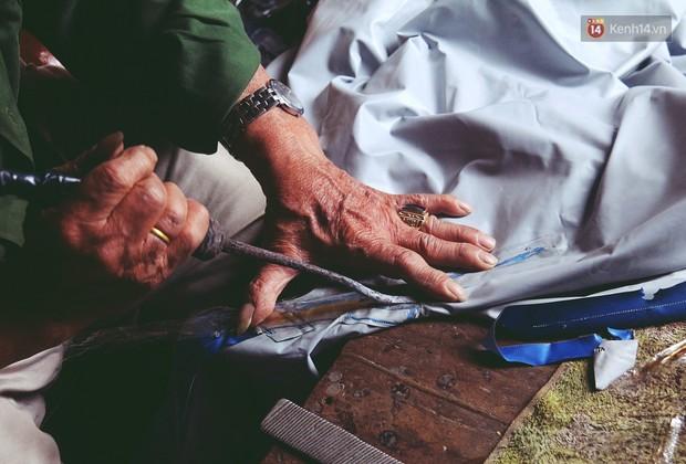 Chú Tí hơn 40 năm hành nghề lạ ở chợ Đông Ba: Vá áo mưa tàu ngầm cho người nghèo với giá 5 nghìn đồng - Ảnh 5.