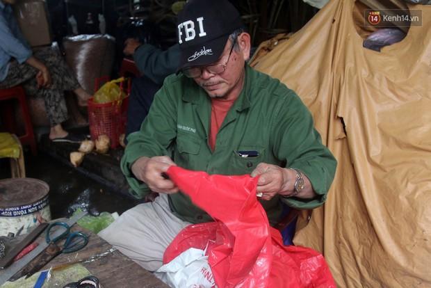 Chú Tí hơn 40 năm hành nghề lạ ở chợ Đông Ba: Vá áo mưa tàu ngầm cho người nghèo với giá 5 nghìn đồng - Ảnh 7.