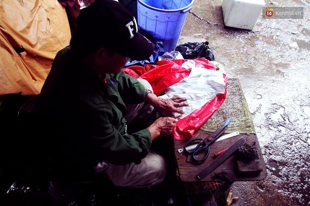 Chú Tí hơn 40 năm hành nghề lạ ở chợ Đông Ba: Vá áo mưa tàu ngầm cho người nghèo với giá 5 nghìn đồng - Ảnh 3.