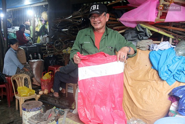 Chú Tí hơn 40 năm hành nghề lạ ở chợ Đông Ba: Vá áo mưa tàu ngầm cho người nghèo với giá 5 nghìn đồng - Ảnh 11.