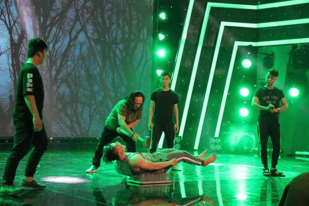Đạo diễn Lê Hoàng phản đối việc thí sinh biểu diễn rùng rợn, móc cầu sắt vào mắt trên truyền hình - Ảnh 3.