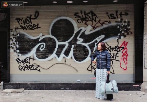 Chùm ảnh: Nhiều hộ dân phố cổ bức xúc khi chỉ sau một đêm, cửa nhà mình bị bôi bẩn bởi hình vẽ xấu xí - Ảnh 8.