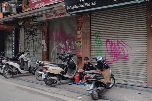Chùm ảnh: Nhiều hộ dân phố cổ bức xúc khi chỉ sau một đêm, cửa nhà mình bị bôi bẩn bởi hình vẽ xấu xí - Ảnh 4.