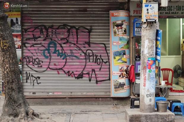 Chùm ảnh: Nhiều hộ dân phố cổ bức xúc khi chỉ sau một đêm, cửa nhà mình bị bôi bẩn bởi hình vẽ xấu xí - Ảnh 1.